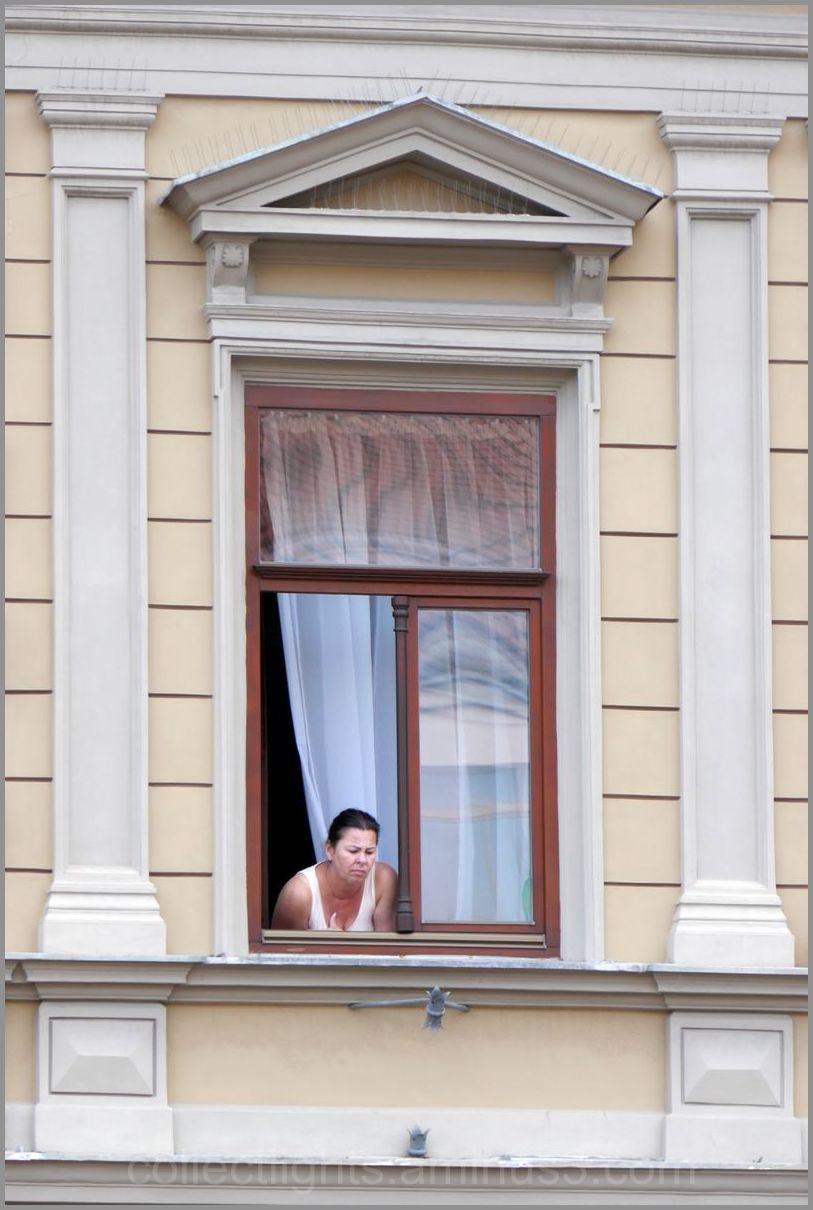 Rien ne la distrait dans la rue ! L'ennui !