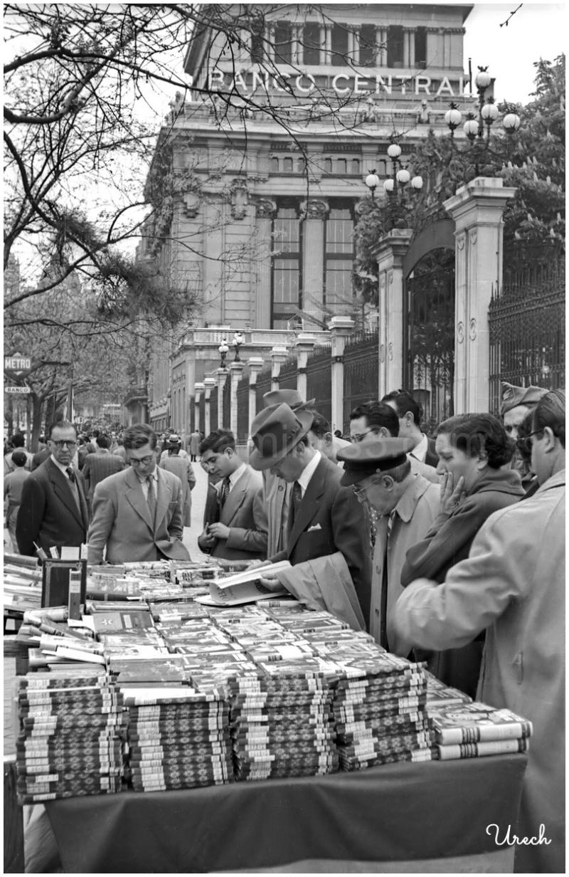 Puesto de libros en la calle de Alcalá