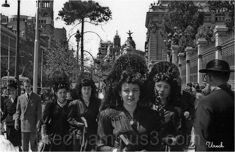Chicas con mantilla por la calle de Alcalá