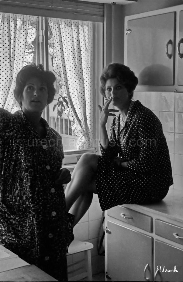 Sofía Loren visita a su sastra en su modesta casa