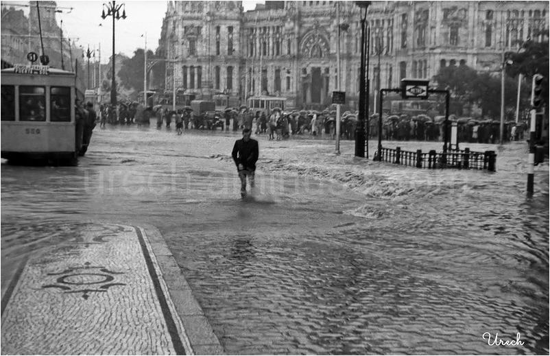 La Plaza de Cibeles inundada por una tormenta