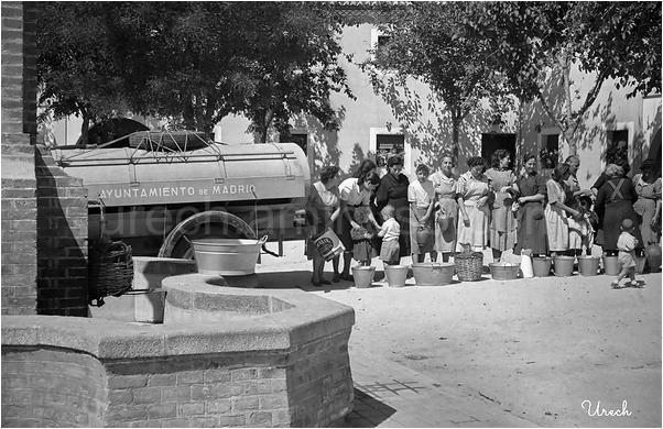 Camión cisterna distribuyendo agua en Aravaca