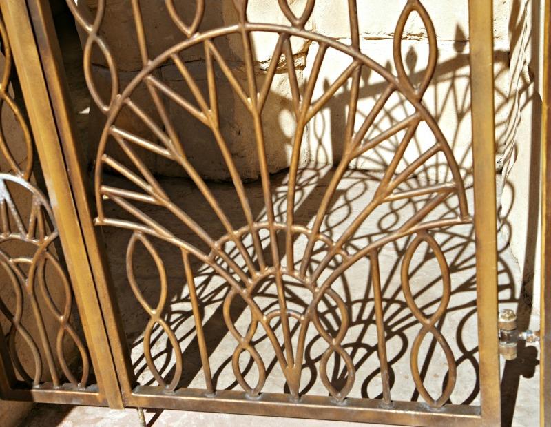 détails de porte en fer forgé