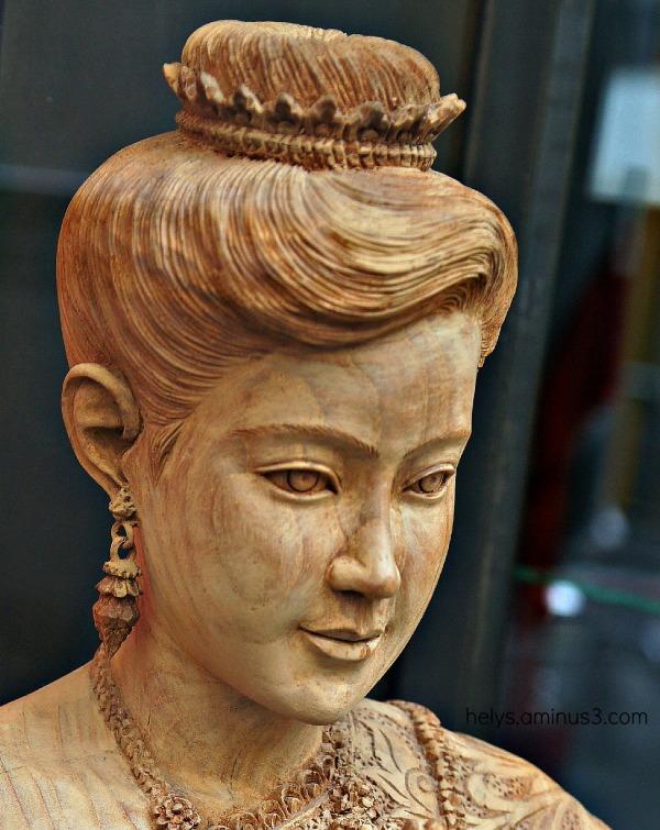 sculpture sur bois en vitrine