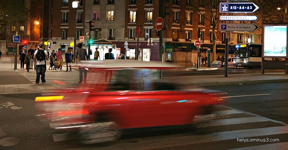 Paris, la nuit: voitures, piétons