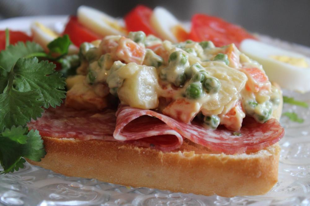 a sandwitch in rosette and potato salad1