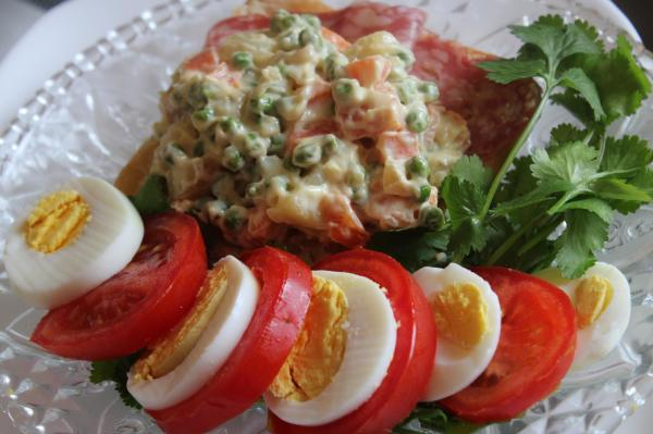 a sandwitch in rosette and potato salad2