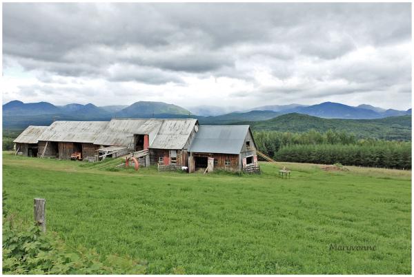 Grange campagne région montagnes nuages ciel ferme