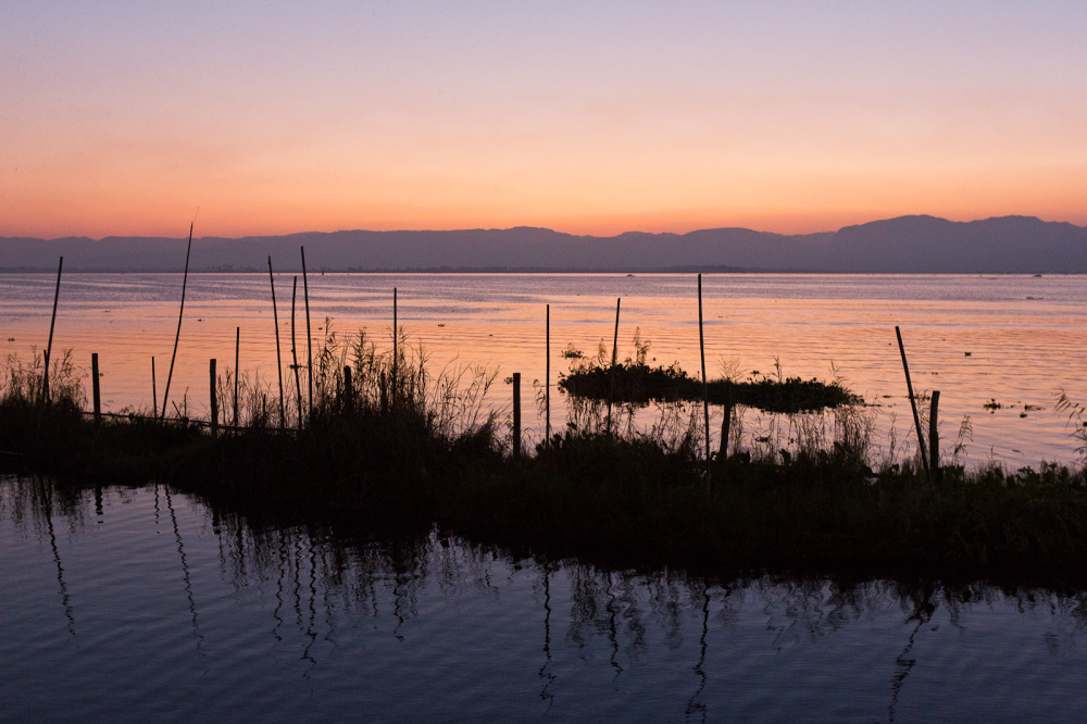 L jour tombe sur le lac Inle