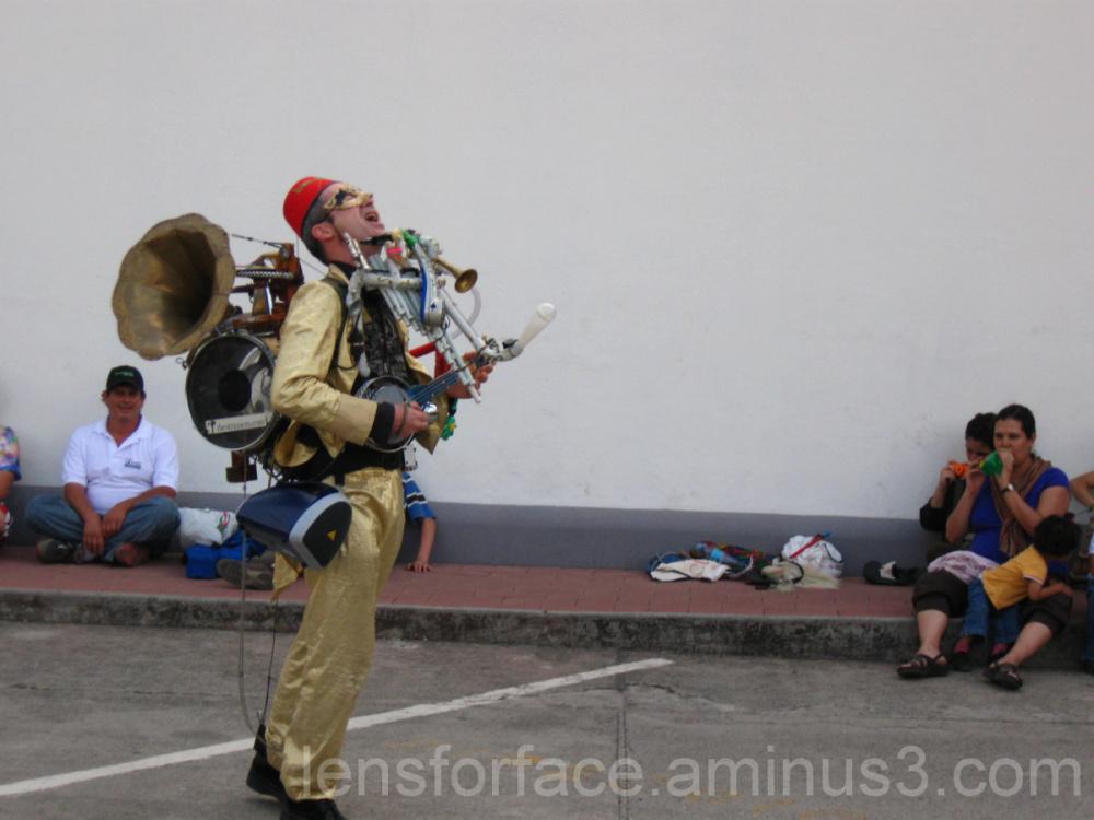 El Straniero performing