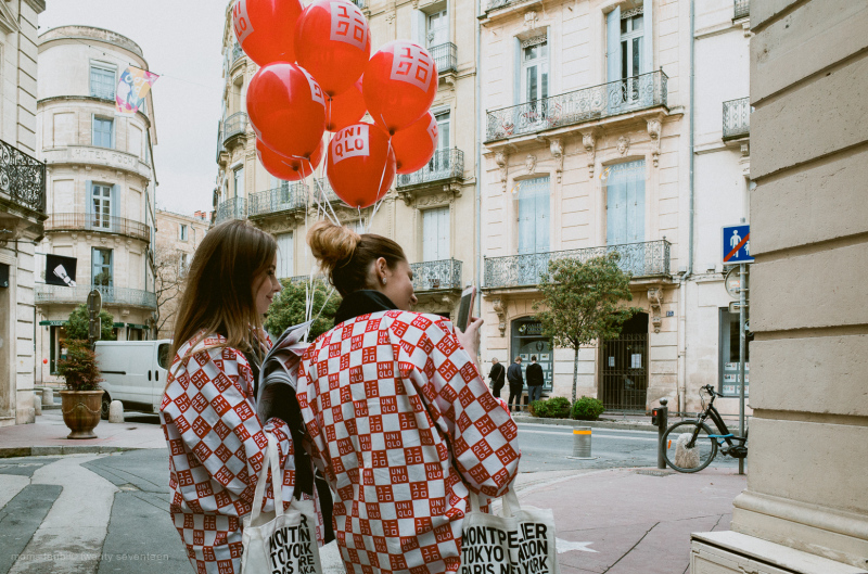 Girls adverstising for uniqlo in Montpellier.