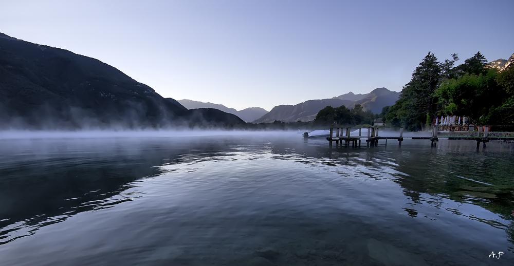 Le lac d'Annecy au petit matin