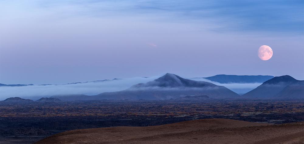 Lune sur la plaine de Namafjall