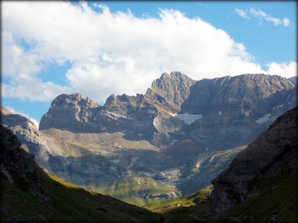 allá por las montañas