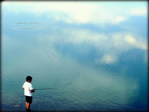 niño y lago