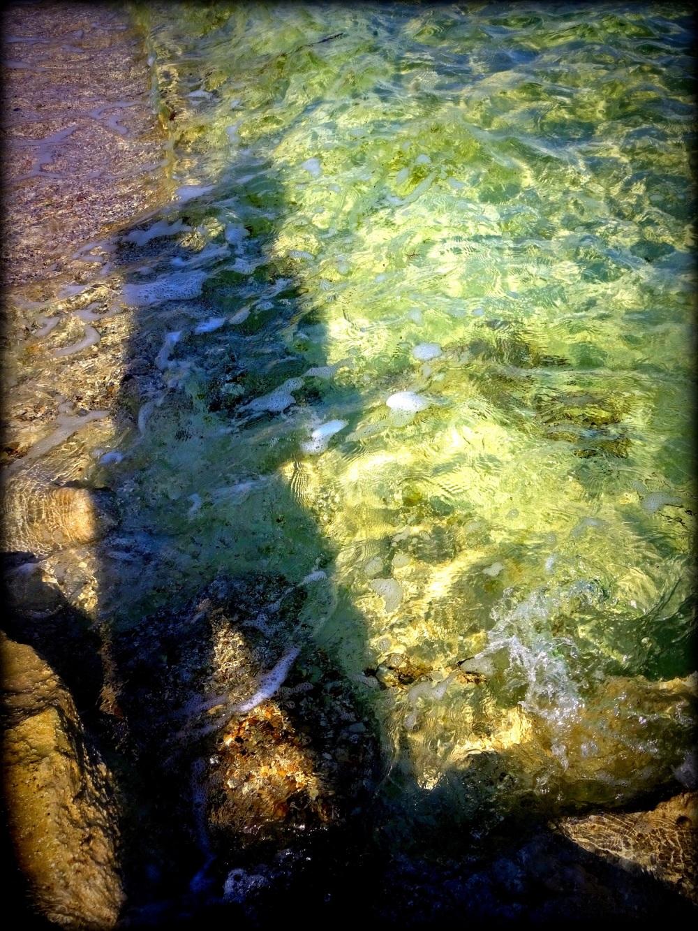 mi sombra por el agua...