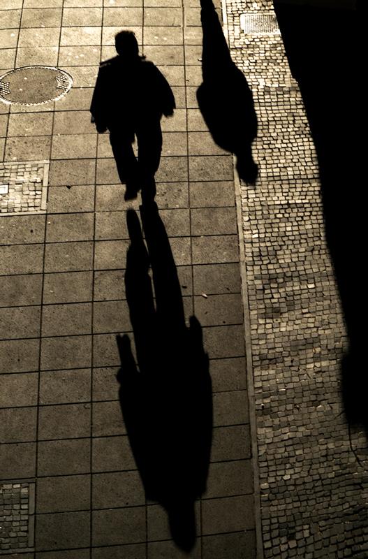 Sur les pavés, les ombres -1