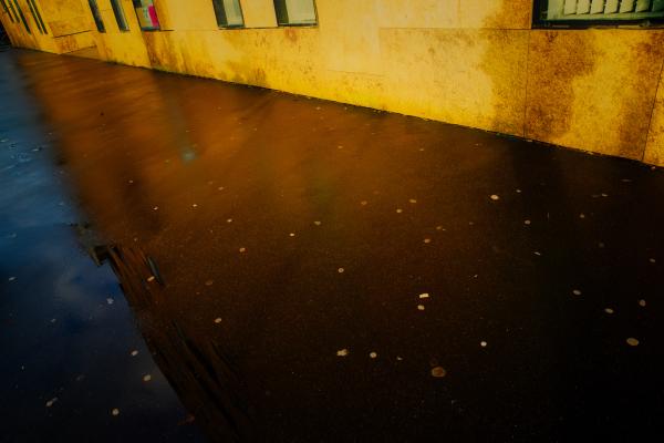 angle de trottoir entre soleil et pluie