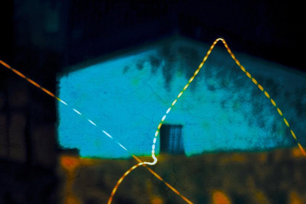c'est une maison bleue.. seulement la nuit :)
