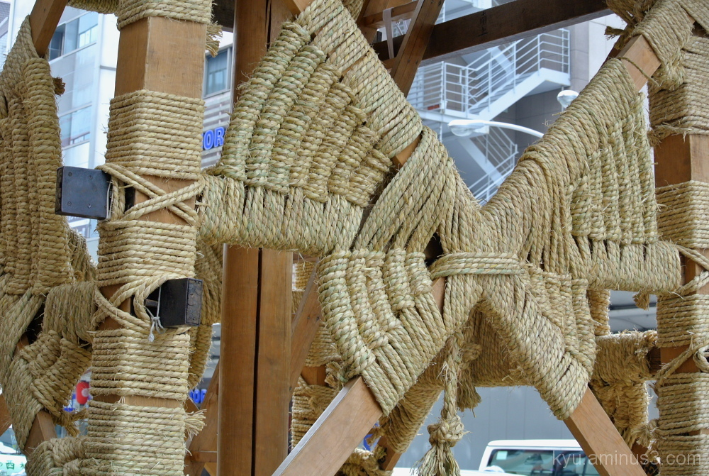 assembling a festival float with ropes