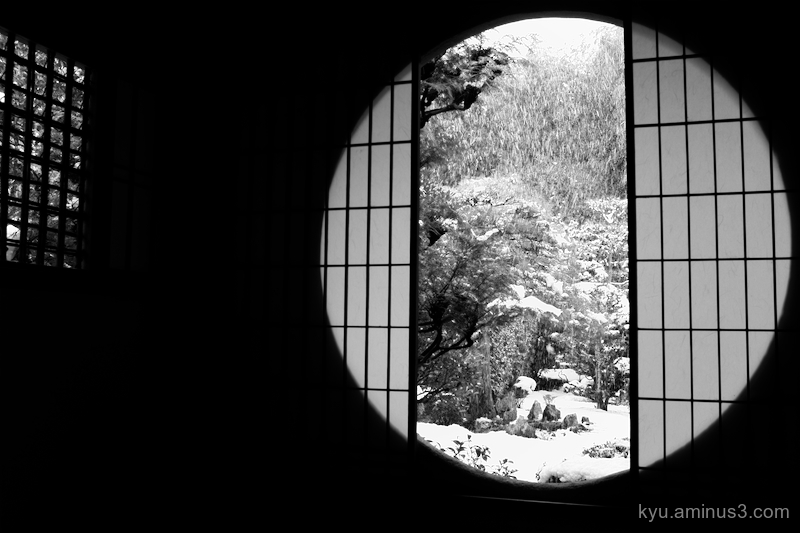snow round-window garden Fundain temple Kyoto mono