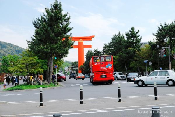 red-bus torii Hianjinngu shirne Kyoto