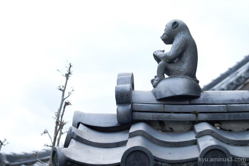 guardian roof Saikyoji temple Shiga