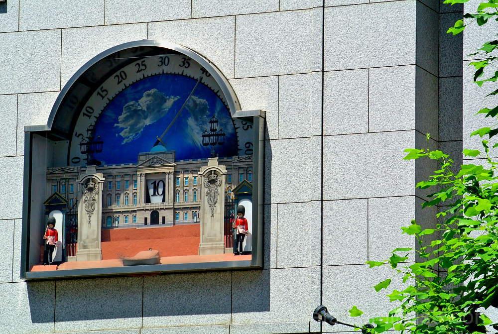 A clock with revolving puppets in karasuma st. からく
