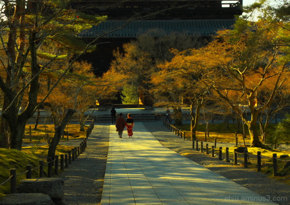 Walking on a path at a temple(wearing kimono) 南禅寺