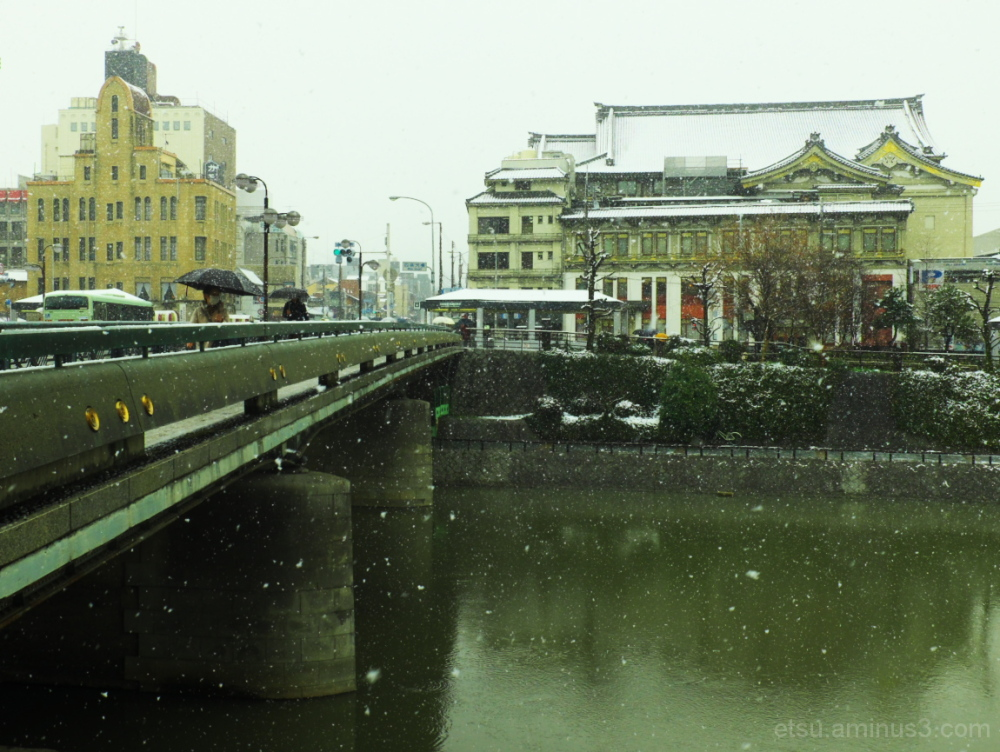 A snow scene in an ancient city 四条大橋と南座