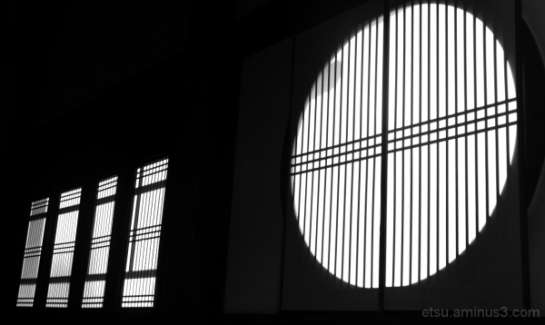 Light and shadow (windows at a temple) 萬福寺