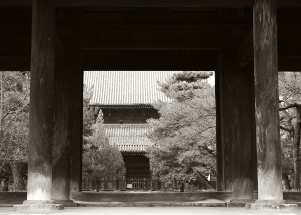 Beyond a main gate(#B&W version) 建仁寺