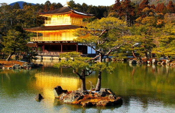 The temple of the Golden Pavilion.......  金閣寺