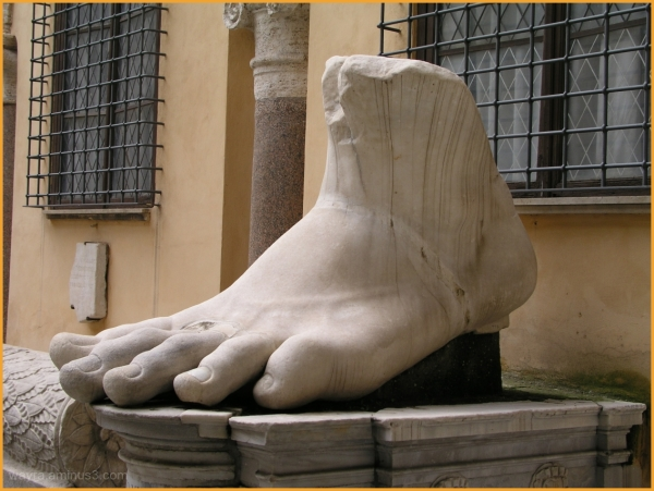 Statua del piede di marmo