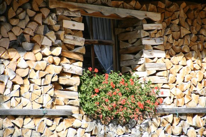 Fenster mit Holzlegge in Mittenwald