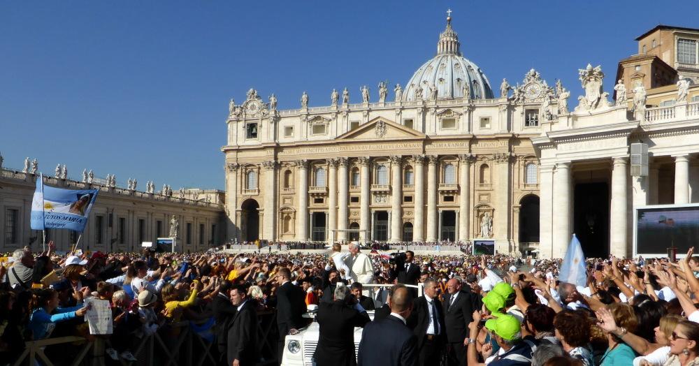 LA FOULE EN LIESSE - VATICAN - ROME -