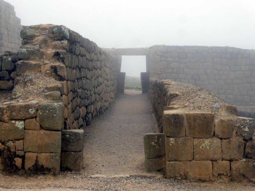 VOYAGE EN EQUATEUR - ruines incas dans la brume