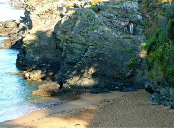 La plage avec la jolie statue de la Vierge