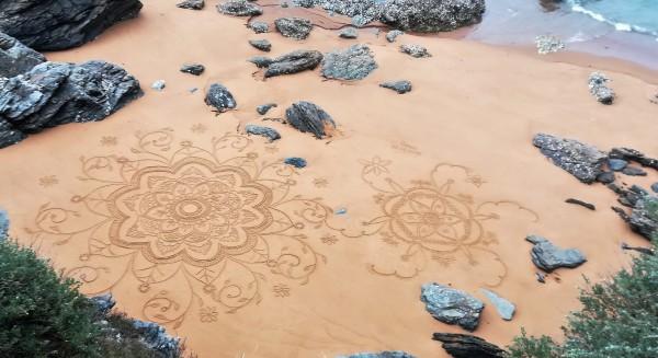 Dessin éphémère et anonyme sur la plage