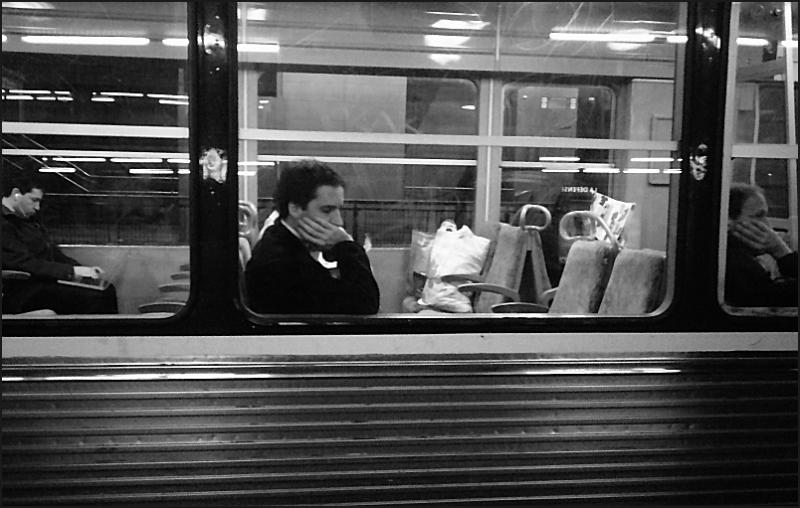 Trois hommes dans un train de banlieue