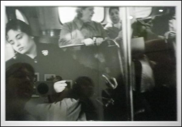 Autoportrait au métro de Winogrand
