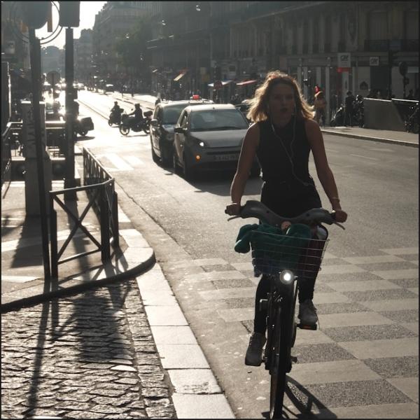 La fille sur une bicyclette