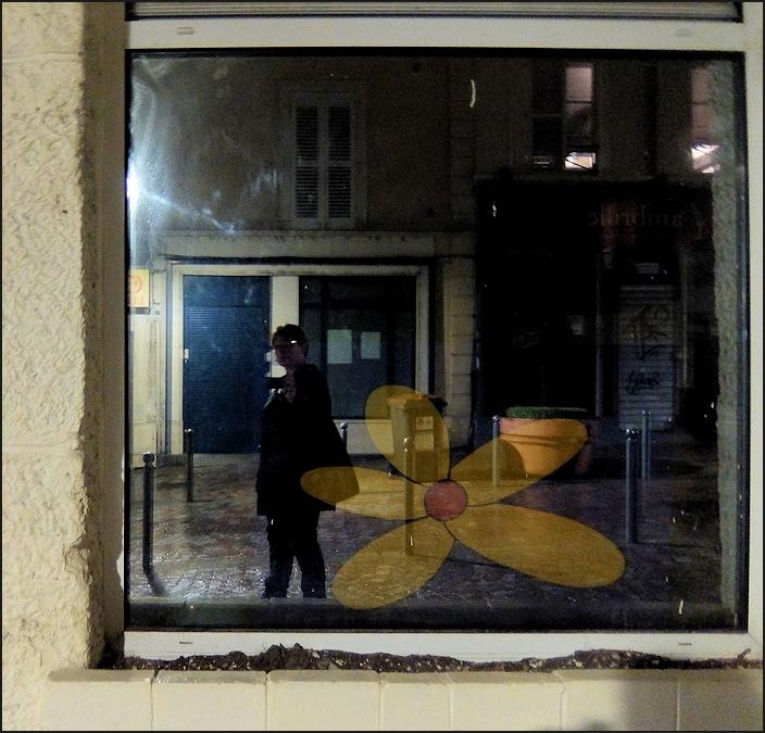 Autoportrait à la fleur jaune