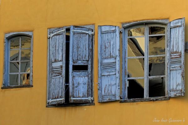 Les vieux volets. / Old shutters.