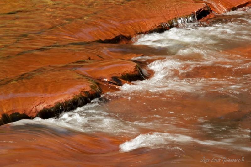 La rivière ocre. / Ocher River.