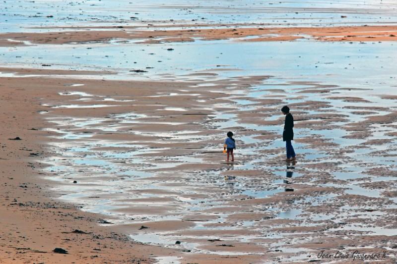 A marée basse. / At low tide.