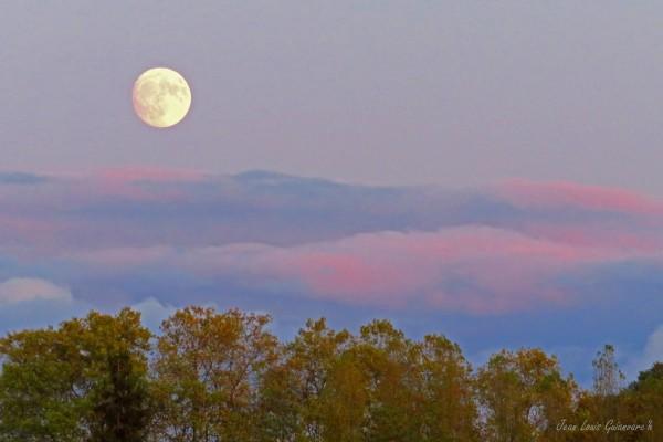 La lune avant le coucher du soleil.
