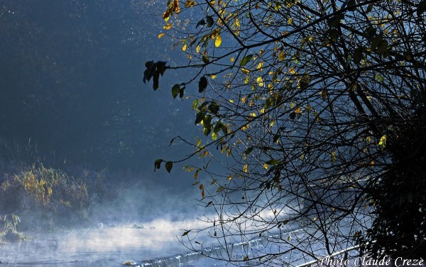 Brume sur le déversoir près du lac