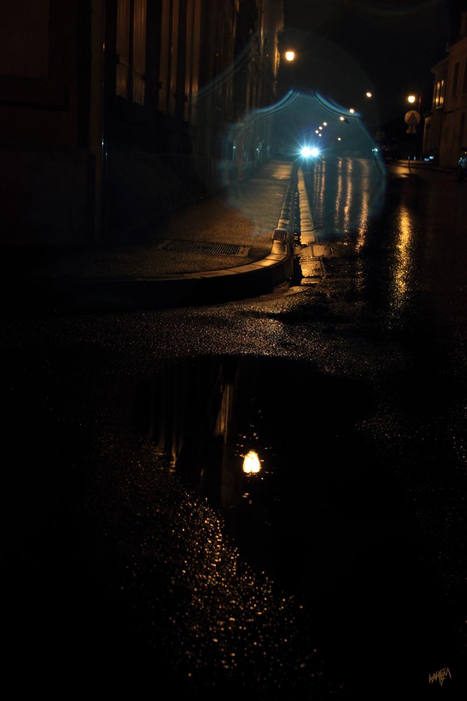 des reflets dans une ville, de nuit