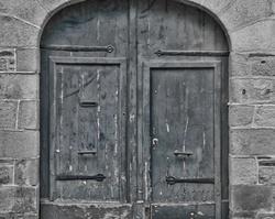 Porte ancienne et ruelle
